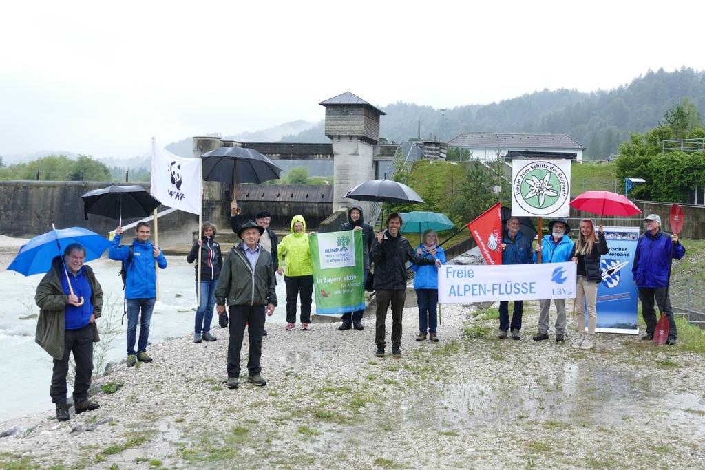 Foto: Vertreter*innen der Organisationen, die künftig zum Schutz der Oberen Isar zusammenarbeiten (Bildautor: Michael Schödl)