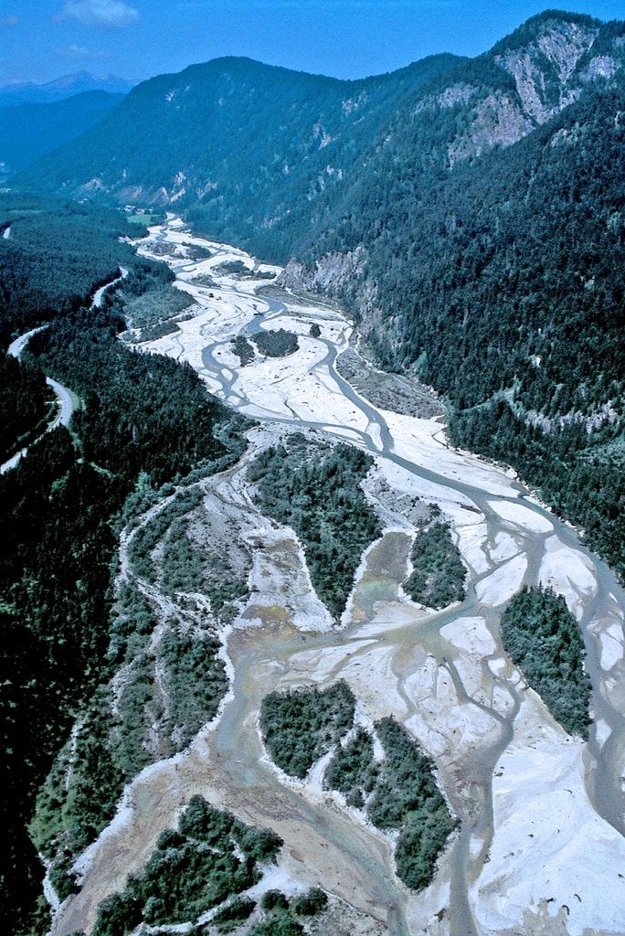 Isar zwischen Sylvensteinspeicher und Vorderriß, Wildflusslandchaft (Foto von Franz Speer 13.07.1996)
